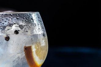 การดื่มน้ำเย็น glass